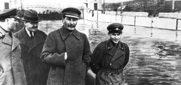 Stalin, împreună cu Voroshilov, Molotov și Nikolai Yezhov, torționarii cu care a comis crimele din anii 1930 - Foto: Wikimedia