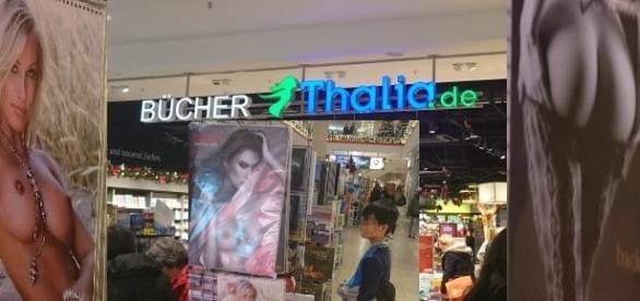 Ein Kind steht vor dem Eingang bei Thalia - neben den Sexkalendern! Fotos: Privat