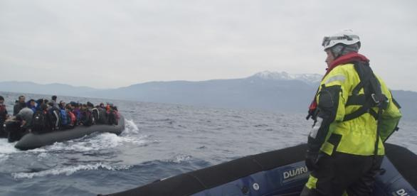 Refugiați trecând Marea Mediterană cu barca din Turcia spre insula din Grecia, Lesbos - Foto: Wikimedia.org