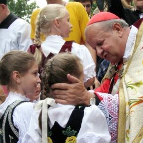 Abp Dziwisz kocha chrześcijańską miłością zdrowe dziewczynki