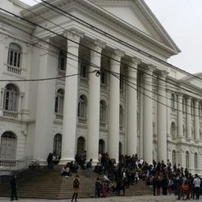 O prédio ocupado da Universidade Federal do Paraná, em Curitiba.