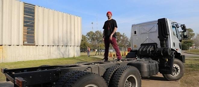 Lele Cristóbal decidió comprarse un camión para llevar su comida por el país