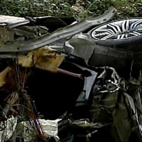 Carro ficou completamente destruído com peças espalhadas ao longo de várias peças