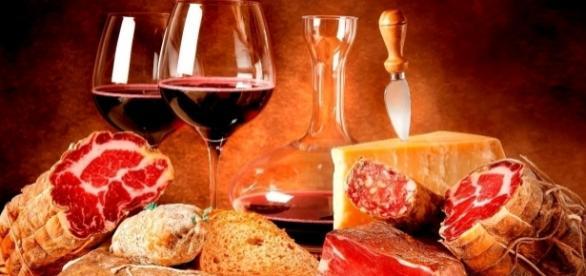 Pane, vino e salumi immersi nei colori caldi dell'autunno.