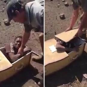 Africa de Sud - Un bărbat negru este amenințat cu moartea și forțat să intre într-un coșciug - Foto: captură YouTube
