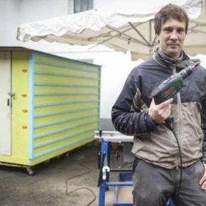 Sven Lüdecke und eines seiner Flexihomes für Obdachlose (Foto: Krasniqi)