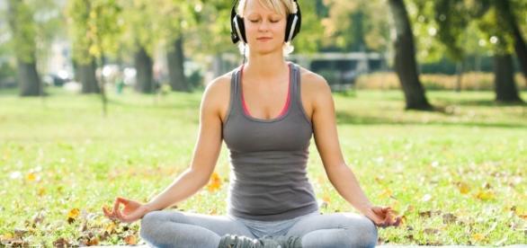 Imagem de mulher ouvindo a música de combate ao stress.