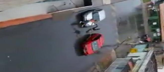 Vídeo mostra rapaz atropelando a própria mãe após briga; imagens são fortes
