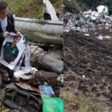 Jornalista aparece revirando restos de aeronave - Imagem/Facebook