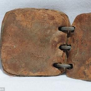 Os cristãos querem que a 'bíblia' de chumbo seja considerada falsa (Foto: Google Imagens)