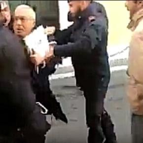 Un fotogramma del video dove gli attivisti cercano di bloccare il politico.