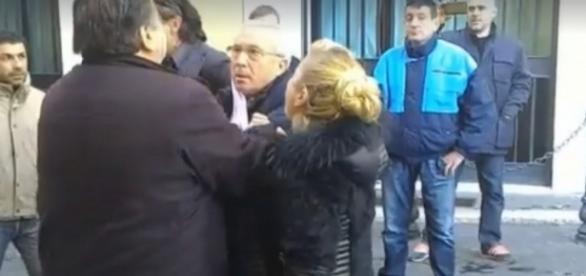 Il volto terrorizzato di Osvaldo Napoli mentre viene 'arrestato' dai Forconi