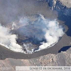 Foto aerea scattata dal Cenapred. Il cratere del Popocat�©petl strapieno, con tre milioni di metri cubi di magma.