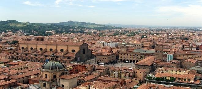 Bologna, regalo del sindaco all'arcivescovo: finta bomba a mano