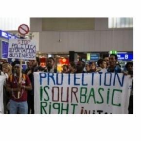 Flüchtlinge protestieren in Terminal 1. Foto: peter-juelich.com