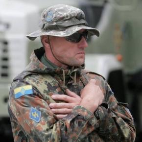 Ukraiński żołnierz z emblematami SS