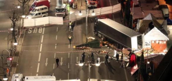 Möglicher Anschlag in Berlin: LKW rast in Weihnachtsmarkt ... - web.de
