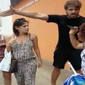 Homem xinga mulher que se recusa a abrir o carro