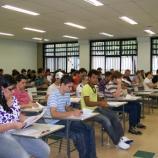 Sala de aula organizada no modelo tradicional.