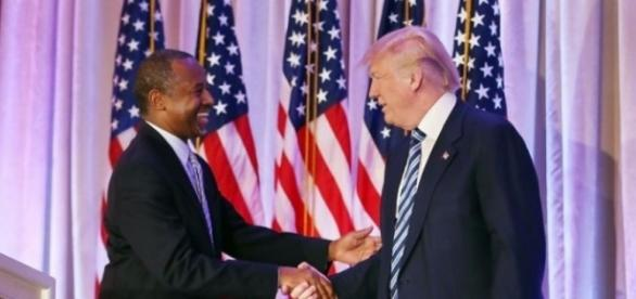 Trump integra a Carson a su gabinete