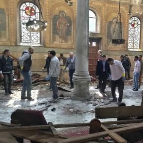 Fuerzas de seguridad y servicios médicos examinan el interior de una iglesia cristiana en El Cairo, donde murieron 25 personas (via Associated Press)