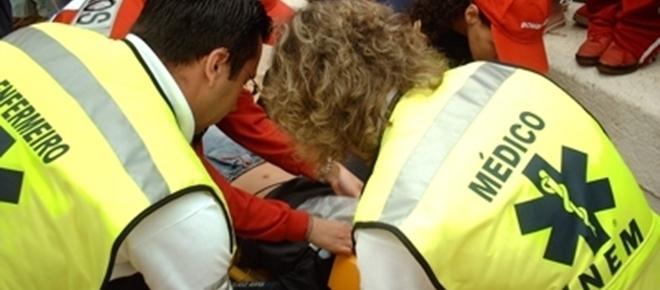 Dois jovens feridos com gravidade após despiste