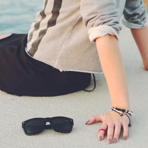 Kobieta, dłoń, okulary, gwóźdź/www.pixabay.com