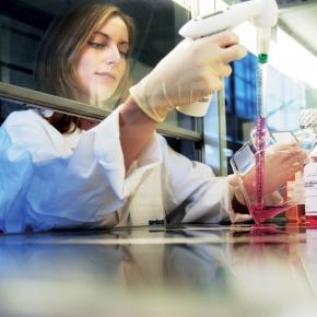 Cientista trabalhando em laboratório