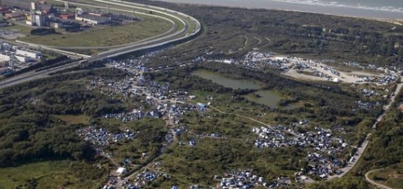"""Orașul Calais(stânga) și """"Jungla"""" în dreapta"""