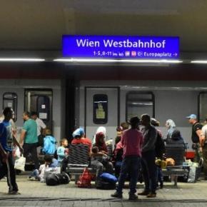 Imigranți într-o gară din Viena( Austria)