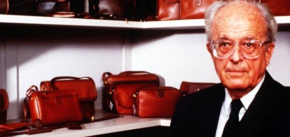 Enrique Loewe Knappe con bolsos Loewe (El País)
