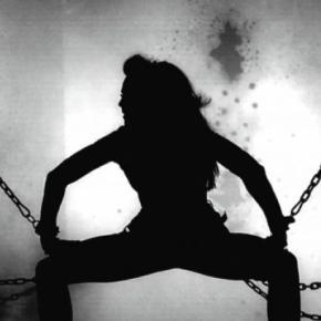 Legată cu lanțuri și ținută în groapă