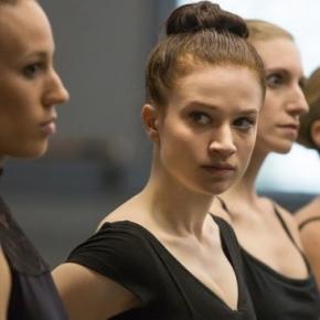 Hauptdarstellerin Sarah Hay (mi.) ist Claire