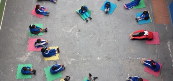 Niños de preescolar en sesión de Yoga