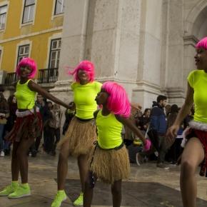 As cinco dançarinas no Terreiro do Paço, em Lisboa