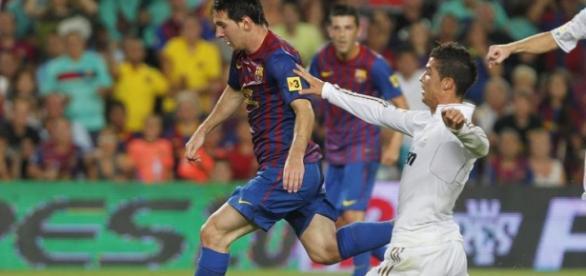 Messi dejando atrás a Cristiano Ronaldo