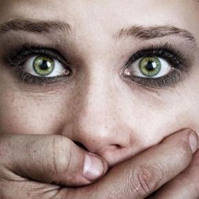 Violences conjugales, femme réduite au silence