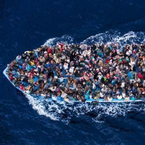 Imigranți africani traversând Mediterana
