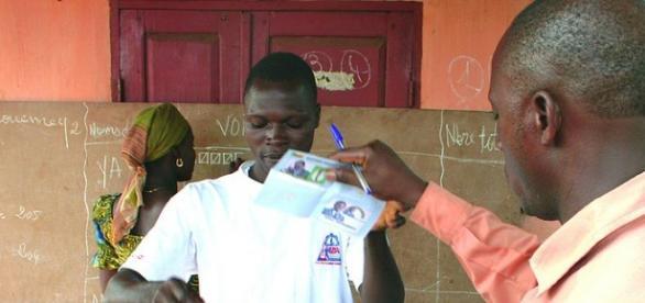 Ciudadano votando en Porto-Novo, capital del país.