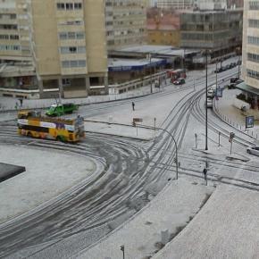 Lisboa encontrava-se coberta de branco por volta das 15h30 da tarde de hoje.