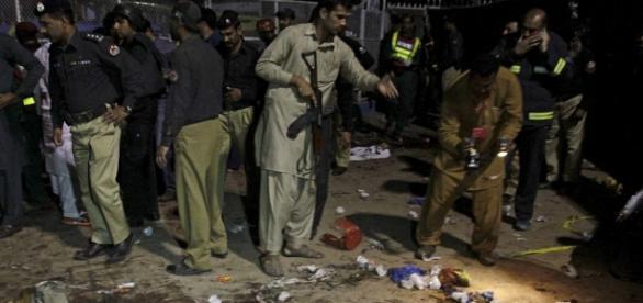 Criminaliștii caută probe la locul exploziei - Foto Reuters