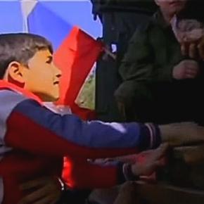 Sunnicki chłopiec zaraz dostanie słodycze.