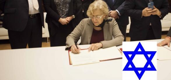 Manuela carmena firmando con los sionistas
