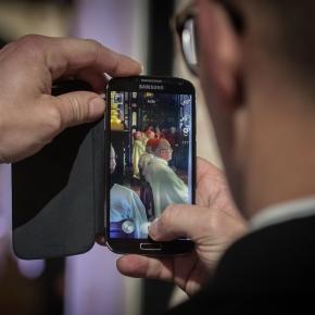 Smartfon w rękach księdza podczas mszy w katedrze / fot. Episkopat.pl