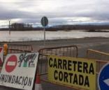 Carretera sobre el río Ebro cortada por inundación del mismo.