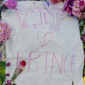 A makeshift memorial outside of Paisley Park in Chanhassen, Minnesota (Flickr)