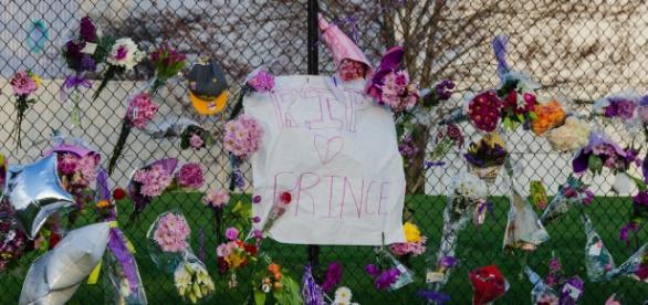 A makeshift memorial outside of Paisley Park in Chanhassen, Minnesota (Flickr)