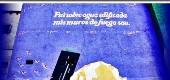 """Lema de Madrid: """"Fui sobre agua edificada, mis muros de fuego son"""" pintado por Alberto Corazón en Puerta Cerrada"""
