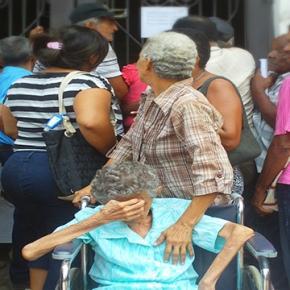 Anciana queriendo acceder a un edificio de gobierno