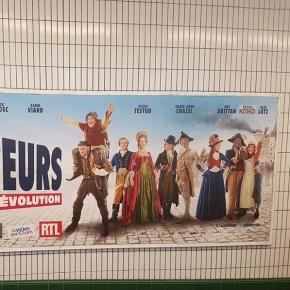 Dans le métro, le nom de l'acteur oublié est rajouté à la main par les badauds.